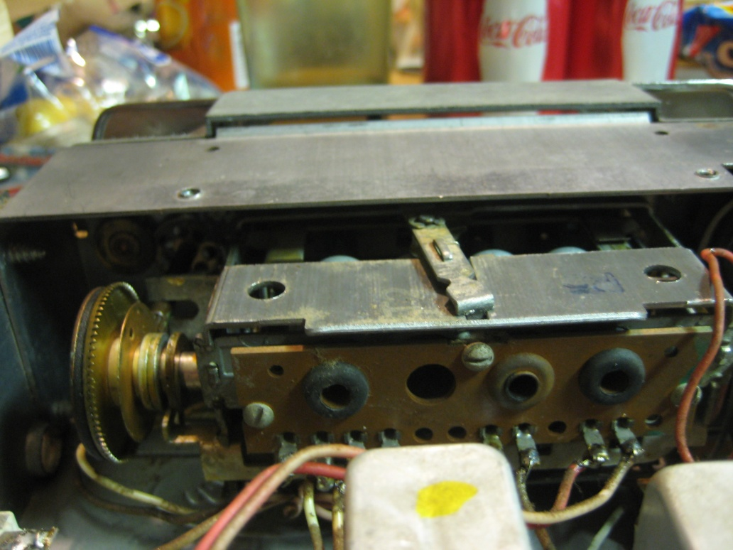 Hey! replacing the pilot light in the bendix 2TBO AM Ford radio..-rear.jpg